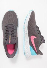 Nike Performance - REVOLUTION 5 - Zapatillas de running neutras - thunder grey/digital pink/blue fury/silver lilac/vast grey/laser orange - 1