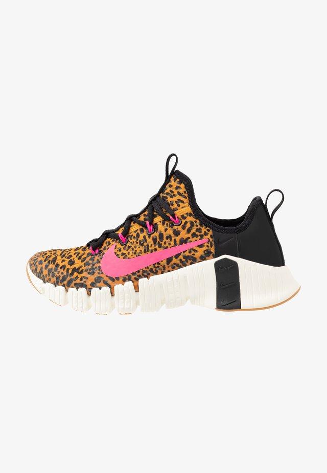 FREE METCON  - Sports shoes - black/pink blast/chutney/sail