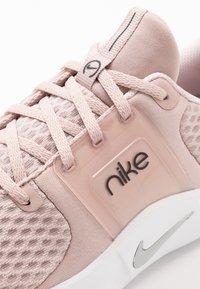 Nike Performance - RENEW IN-SEASON TR 10 - Kuntoilukengät - stone mauve/metallic silver/barely rose - 5