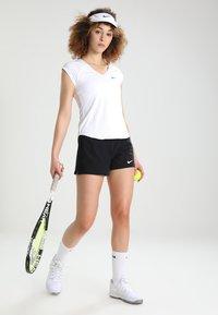 Nike Performance - PURE TENNIS - T-shirt - bas - blanc/noir - 1