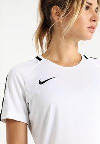 Nike Performance - DRY - T-shirts med print - white/black/black - 4