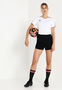 Nike Performance - DRY - T-shirts med print - white/black/black - 1