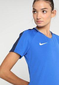 Nike Performance - DRY - T-shirts med print - royal blue/obsidian/white - 4