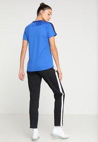 Nike Performance - DRY - T-shirts med print - royal blue/obsidian/white - 2