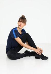 Nike Performance - DRY - Printtipaita - obsidian/royal blue/white - 1