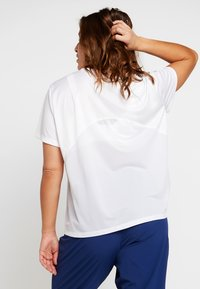 Nike Performance - DRY MILER PLUS - T-shirts med print - white/reflective silver - 2