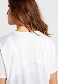 Nike Performance - DRY MILER PLUS - T-shirts med print - white/reflective silver - 3