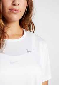 Nike Performance - DRY MILER PLUS - T-shirts med print - white/reflective silver - 5