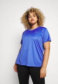 Nike Performance - MILER  - T-shirts med print - sapphire/silver - 0