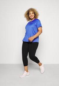 Nike Performance - MILER  - T-shirts med print - sapphire/silver - 1