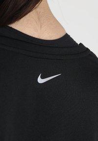 Nike Performance - DRY MILER PLUS - Triko spotiskem - black/reflective silv - 5