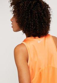 Nike Performance - MILER TANK - Camiseta de deporte - fuel orange/reflective silver - 4
