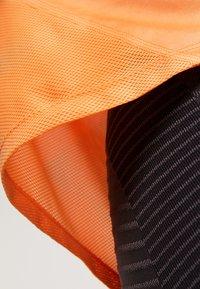Nike Performance - MILER TANK - Camiseta de deporte - fuel orange/reflective silver - 6