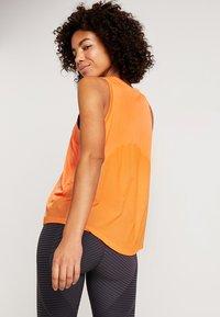 Nike Performance - MILER TANK - Camiseta de deporte - fuel orange/reflective silver - 2