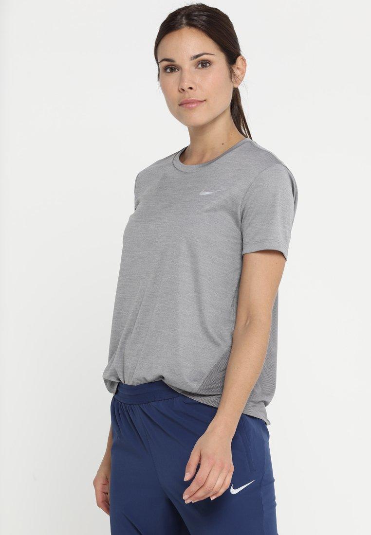 Nike Performance - MILER  - T-shirt imprimé - gunsmoke/reflective silver