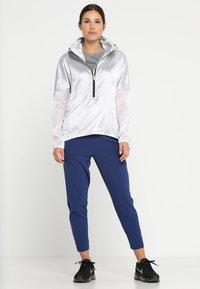 Nike Performance - MILER  - T-shirt imprimé - gunsmoke/reflective silver - 1