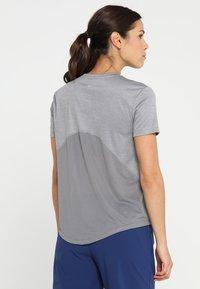 Nike Performance - MILER  - T-shirt imprimé - gunsmoke/reflective silver - 2