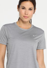 Nike Performance - MILER  - T-shirt imprimé - gunsmoke/reflective silver - 4