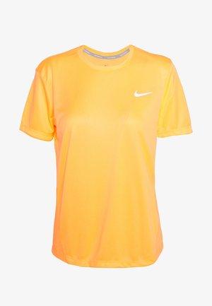 MILER  - T-shirts med print - topaz gold/reflective silver