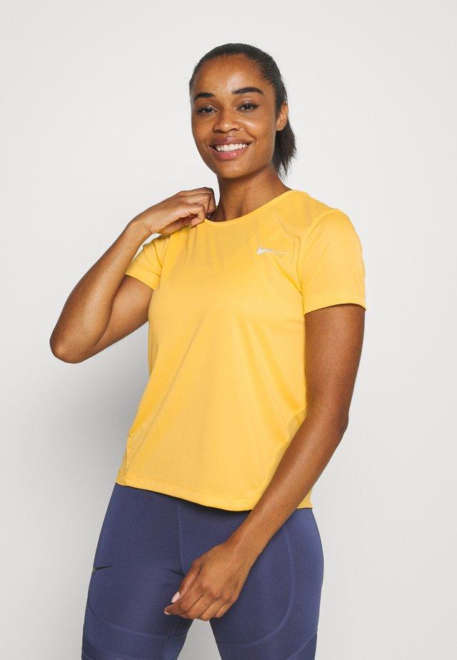 MILER  - T-shirt med print - topaz gold/reflective silver