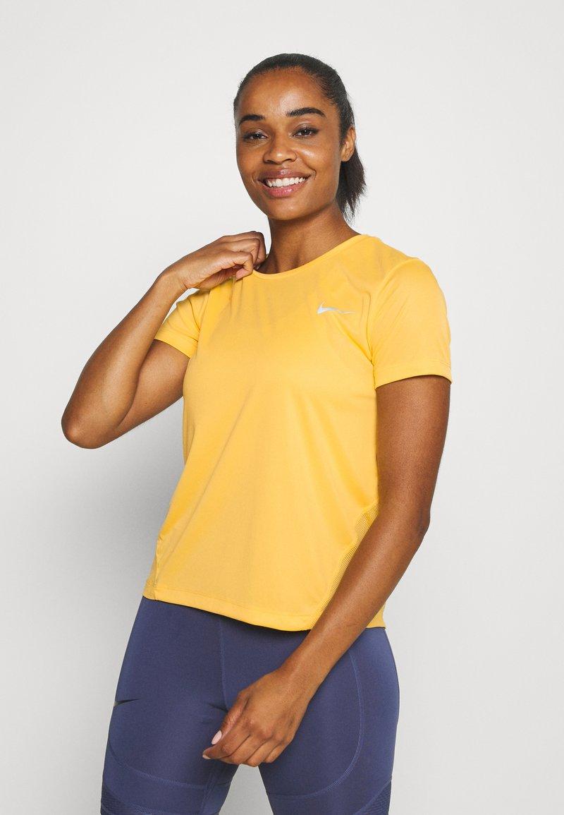 Nike Performance - MILER  - Print T-shirt - topaz gold/reflective silver