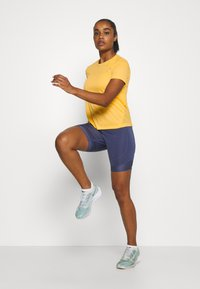 Nike Performance - MILER  - Print T-shirt - topaz gold/reflective silver - 1