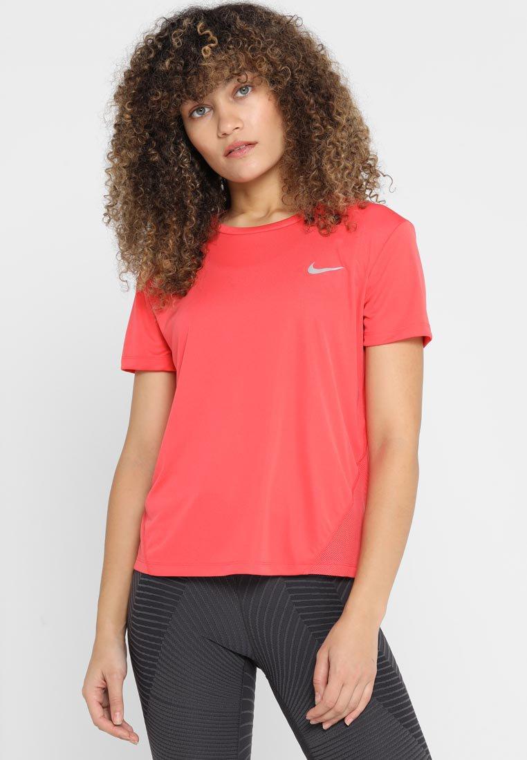 Nike Performance - MILER  - T-Shirt print - ember glow/silver