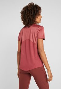 Nike Performance - MILER  - Print T-shirt - cedar/reflective silver - 2