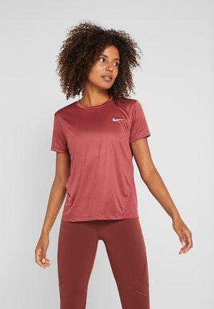 MILER  - Print T-shirt - cedar/reflective silver