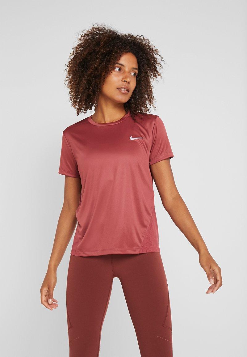 Nike Performance - MILER  - T-Shirt print - cedar/reflective silver