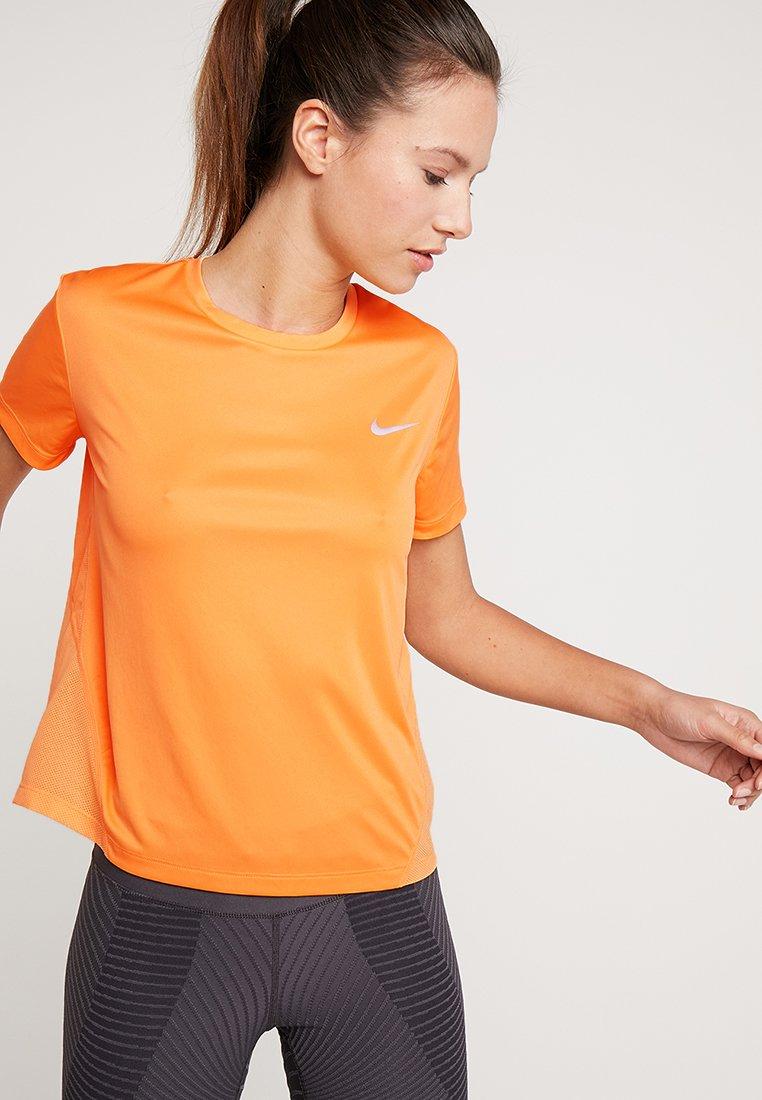 Nike Performance - MILER  - Camiseta estampada - fuel orange/reflective silver