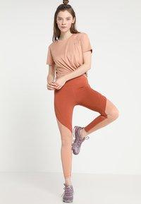 Nike Performance - MILER  - Camiseta estampada - rose gold/reflective silver - 1