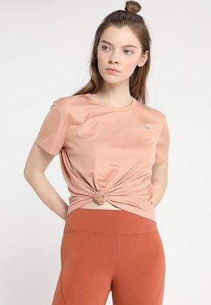 MILER  - T-shirt med print - rose gold/reflective silver