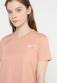 Nike Performance - MILER  - Camiseta estampada - rose gold/reflective silver - 4