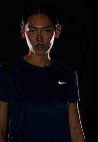 Nike Performance - MILER  - Print T-shirt - valerian blue/reflective silver - 4