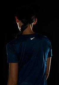 Nike Performance - MILER  - Print T-shirt - valerian blue/reflective silver - 5