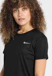 Nike Performance - MILER  - T-Shirt print - black/silver