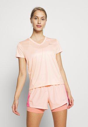 MILER V NECK - Print T-shirt - washed coral/reflective silver