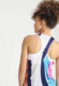 Nike Performance - ARTIST TANK GRAPHIC - T-shirt de sport - summit white/reflective silver - 4