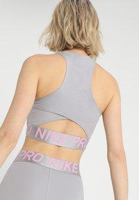 Nike Performance - INTERTWIST CROP TANK - Top - atmosphere grey/pink rise/white - 4