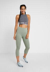 Nike Performance - INTERTWIST CROP TANK - Topper - oil grey/heather/thunder grey - 1