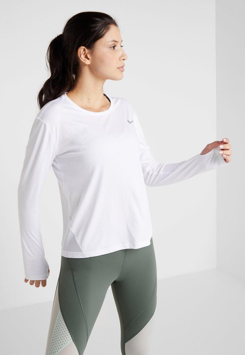 Nike Performance - MILER - Treningsskjorter - white/silver