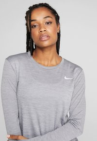 Nike Performance - MILER TOP - T-shirt sportiva - gunsmoke/heather/silver - 5