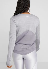 Nike Performance - MILER TOP - T-shirt sportiva - gunsmoke/heather/silver - 2