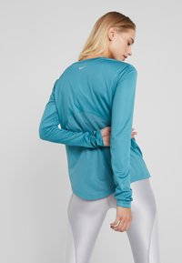 Nike Performance - MILER TOP - T-shirt de sport - mineral teal/silver - 2