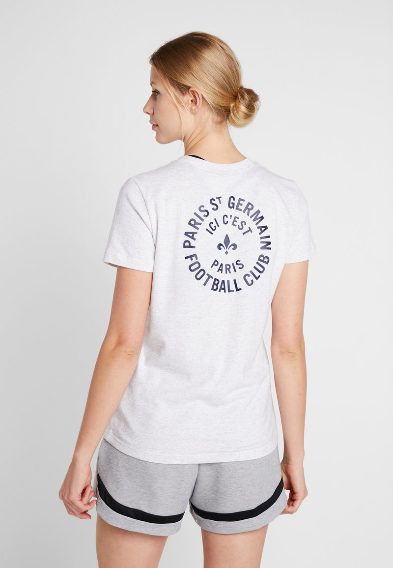 Nike Performance - PARIS ST GERMAIN TEE STORY TELL - T-shirt med print - birch heather