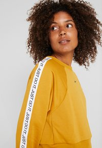 Nike Performance - DRY GET FIT  - Sweater - gold suede/black - 5