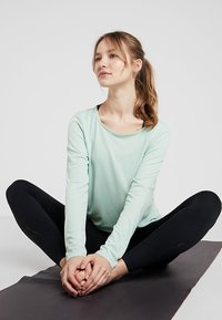 Nike Performance - DRY ELASTIKA - Treningsskjorter - pistachio frost/mystic navy - 1