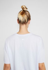 Nike Performance - DRY OVERSIZED - T-shirt con stampa - lavender mist/white - 4