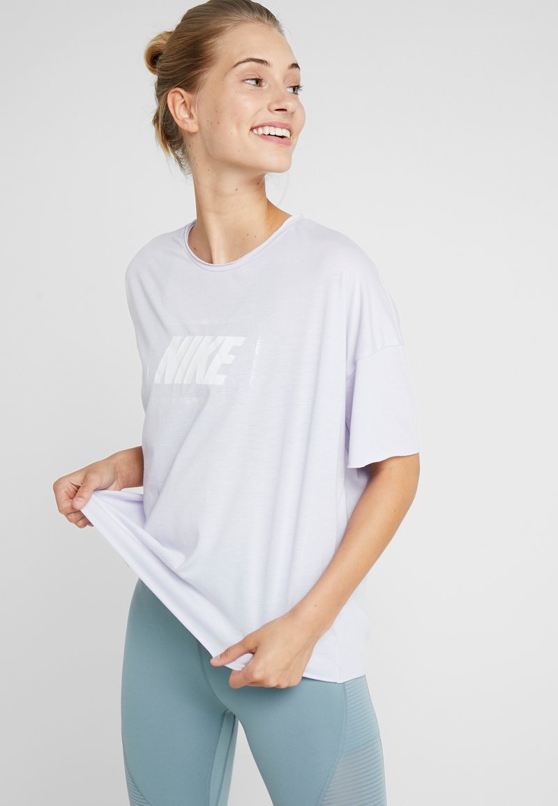 Nike Performance - DRY OVERSIZED - T-shirt con stampa - lavender mist/white